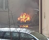 Pożar samochodu w centrum Sanoka. Ogień zniszczył komorę silnika (ZDJĘCIA)