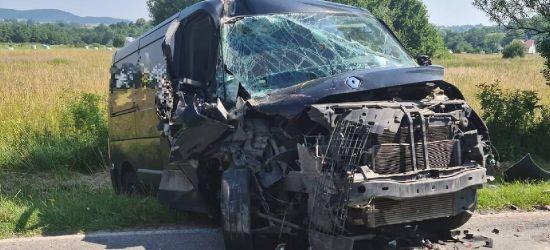 Niebezpieczne zdarzenie z udziałem busa i ciągnika (ZDJĘCIE)