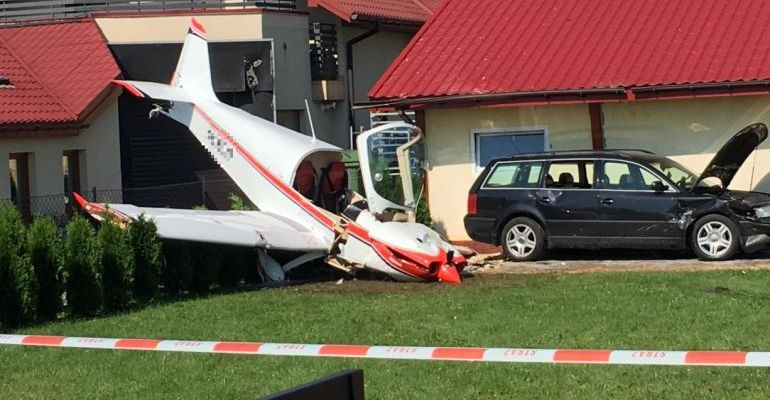 Awaryjne lądowanie. Samolot uderzył w latarnię i garaż (FOTO)