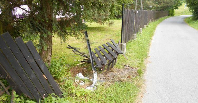 """ZAGÓRZ: Jechał za szybko i skasował drewniany płot. """"Trzeci raz niszczą mi ogrodzenie"""" (ZDJĘCIA)"""