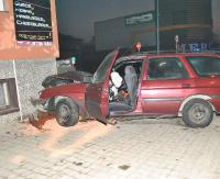SANOK: Policyjny pościg ulicami miasta. Samochód wjechał w pizzerię na Dąbrówce (ZDJĘCIA)