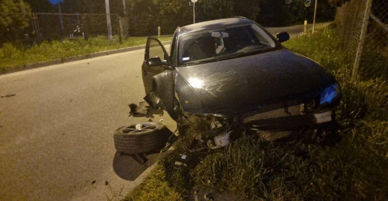 SANOK. Rozbite audi obok cmentarza. 29-letni kierowca pijany (ZDJĘCIA)