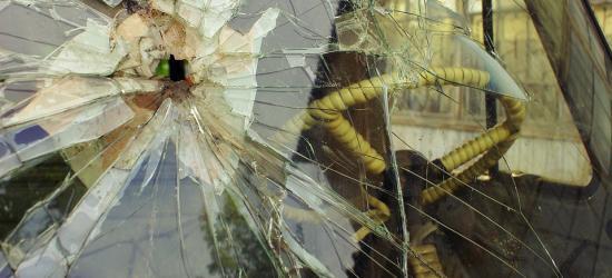 Walił pięścią w szybę samochodu, posypało się szkło. Wewnątrz była kobieta
