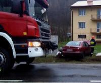 AKTUALIZACJA: Zjechała na przeciwległy pas, uderzyła w forda i wylądowała na betonowym ogrodzeniu (ZDJĘCIA)