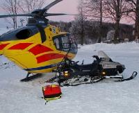 AKTUALIZACJA: Skuter śnieżny wjechał w śmigłowiec. Ranny lekarz oraz ratownicy medyczni (ZDJĘCIA)