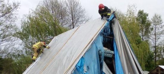 Mocno wieje! Strażacy zabezpieczają dachy i usuwają powalone drzewa (ZDJĘCIA)