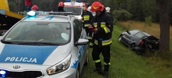 Śmiertelny wypadek w Pobiednie. Kierowca audi zjechał z drogi i uderzył w drzewo