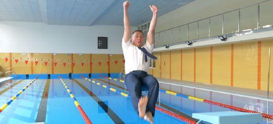 Burmistrz wskoczył do wody. Basen zamknięty (VIDEO)