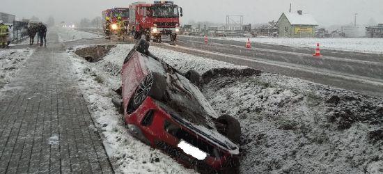 Fatalne warunki na drogach o poranku. Dachowanie w Besku (ZDJĘCIA)
