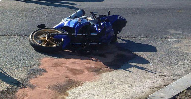 PAKOSZÓWKA: Motocyklista wjechał do rowu. Dwie osoby w szpitalu