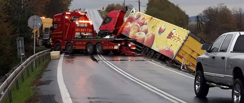 PISAROWCE: Służby wyciągały z rowu ciężarowego giganta. Nie było lekko, pojazd ważył 40 ton (FILM, NOWE ZDJĘCIA)