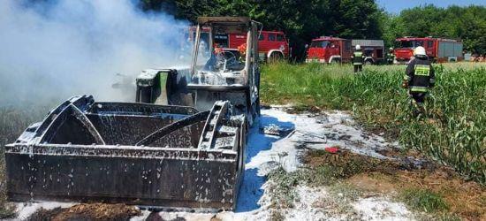 ZARSZYN. Pożar maszyny rolniczej. Upał i walka strażaków z ogniem (ZDJĘCIA)