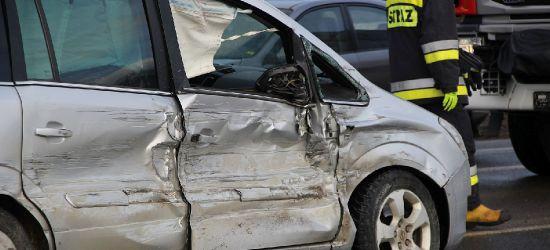 SANOK. Osobówka uderzona z dwóch stron. Stłuczka trzech pojazdów na skrzyżowaniu (VIDEO, ZDJĘCIA)