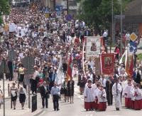 PROCESJA BOŻEGO CIAŁA: Kolorowe kwiaty, dzwonki i śpiew. Tłumy wiernych przeszło ulicami Sanoka (FILM)