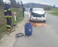 Samochodem uderzył w krowę, zwierzę wbiegło na ulicę. Pasażerka z osobówki trafiła do szpitala (ZDJĘCIA)