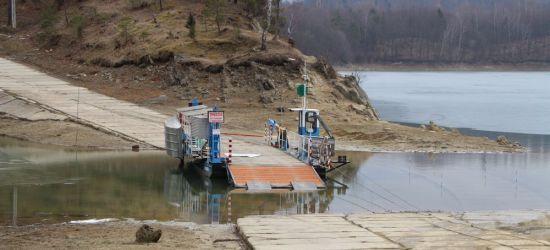 Niski stan wody w Jeziorze Solińskim. Na wyspę Energetyk można było przejechać po płytach (ZDJĘCIA)