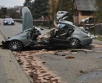 AKTUALIZACJA: BMW uderzyło w budynek. Jedna osoba nie żyje (ZDJĘCIA)