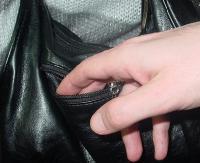 Zabrał pozostawiony w sklepie portfel. Policjanci dzięki monitoringowi szybko ustalili złodzieja