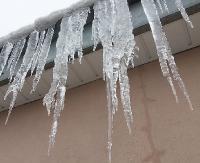 Niebezpieczne lodowe nawisy mogą zabić! Uwaga na sople! (ZDJĘCIA)