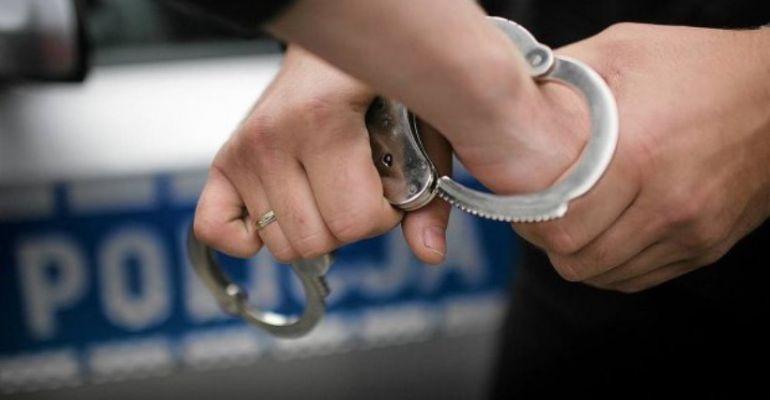 PODKARPACIE: Rzucił siekierą w policjantów. 59-latek aresztowany