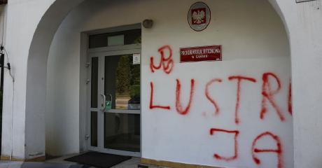 Bazgroły na budynku sanockiej prokuratury. Napisy już zamalowano, a policja szuka sprawców (ZDJĘCIA)