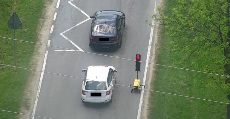 LESKO: Policyjny dron w akcji! Kierowcy jadą na czerwonym