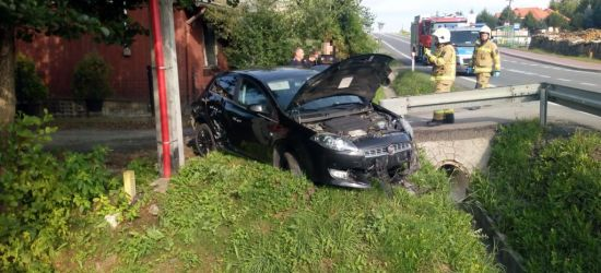 ZAGÓRZ: Fiat wjechał do rowu. Kierujący uszkodził drugi pojazd (FOTO)
