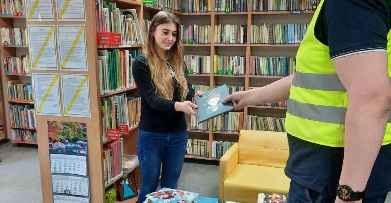 BUDIMEX podarował bibliotece w Komańczy nowe książki