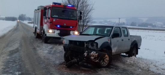 REGION: Zderzenie dwóch samochodów podczas wyprzedzania. Oba wylądowały w rowie (ZDJĘCIA)