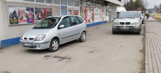 PARKOWANIE PO SANOCKU: Zatarasowany przejazd. Kierowcy nie ma (FOTO)