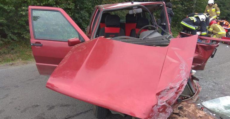 Wypadek w Dydni. Kierowca osobówki zakleszczony w pojeździe (ZDJĘCIA)