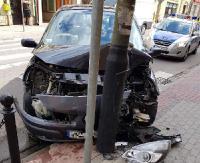 SANOK: Zjechał na lewy pas i uderzył w latarnię (ZDJĘCIA)