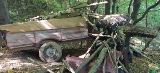 Tragedia. Nie żyje 61-latek przygnieciony przez przyczepę z drewnem (FOTO)