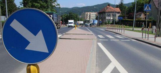 SANOK: Pijany kierowca tira staranował wysepkę na ul. Dmowskiego. Miał 2 promile (ZDJĘCIA)