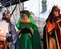 SANOK: Mędrcy ze Wchodu złożyli dary świętej rodzinie. Tłumy sanoczan podczas historycznego Orszaku Trzech Króli (FILM)