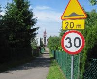 INTERWENCJA: Uszkodzone progi zwalniające i szalejący kierowcy w Prusieku. GMINA: Problem zniknie za dwa dni (ZDJĘCIA)