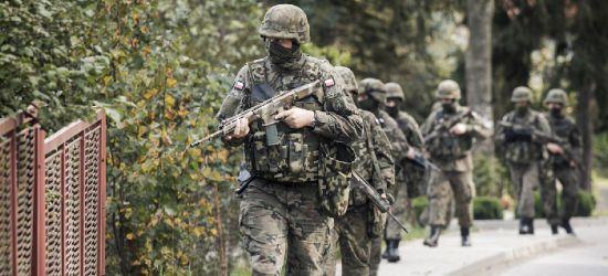 Żołnierze kontrolują osoby przebywające na kwarantannie (ZDJĘCIA)