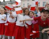 Dziecinnie proste: zobacz jak czcić barwy narodowe (FILM)