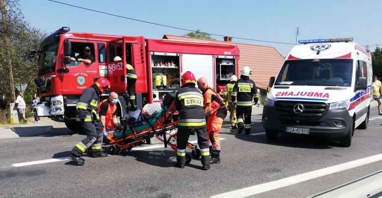 Zderzenie osobówki z motorowerem w Zagórzu. Jedna osoba ranna (ZDJĘCIA)
