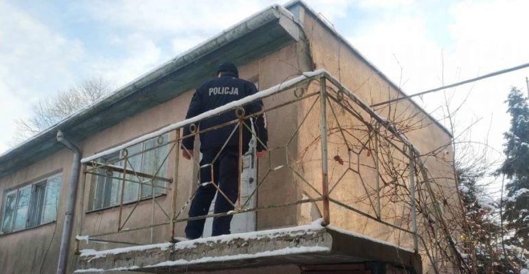 SANOK: Niskie temperatury w nocy. Policjanci pomagają bezdomnym (ZDJĘCIA)