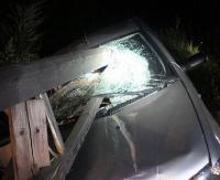AKTUALIZACJA: Fiat wbił się w most, belki roztrzaskały szybę.Niebezpiecznie w Łukawicy (ZDJĘCIA)