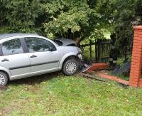 SANOK: Niebezpiecznie na Olchowcach. Osobówka wbiła się w ogrodzenie (ZDJĘCIA)