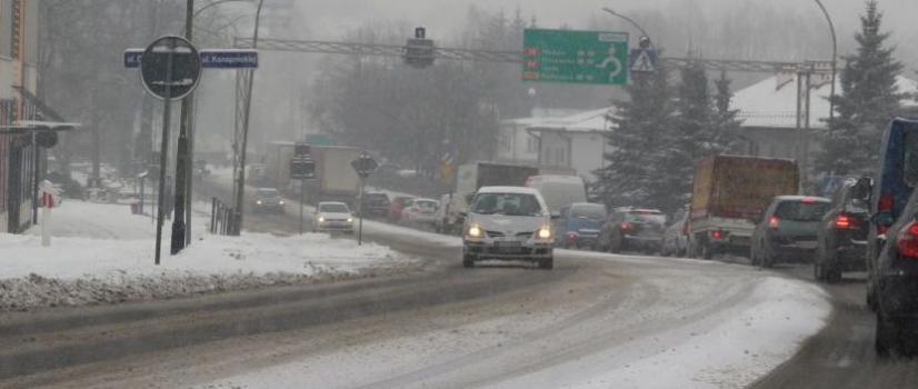 UWAGA KIEROWCY! Śliskie drogi i padający śnieg. Jest niebezpiecznie, włączmy czujność i rozwagę! (ZDJĘCIA)