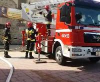 Szybka akcja strażacka w centrum miasta. Ćwiczenia na kościele oo. Franciszkanów (TRANSMISJA)