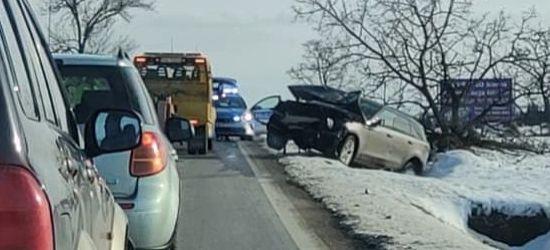 Groźnie podczas wyprzedzania. Samochód staranował drzewo (FOTO)