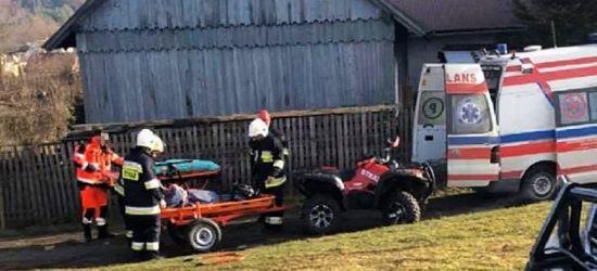 NIEBIESZCZANY: Trudny teren! Strażacy-ochotnicy pomogli w transporcie chorego