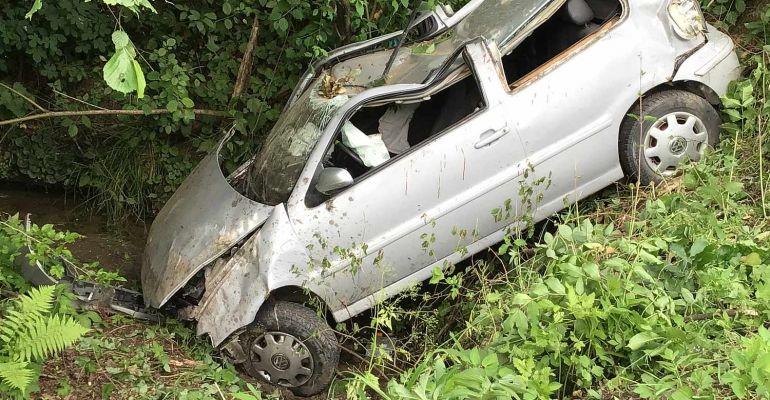 ZAGÓRZ. Samochód ściął drzewa, dachował i stoczył się ze skarpy (VIDEO, ZDJĘCIA)