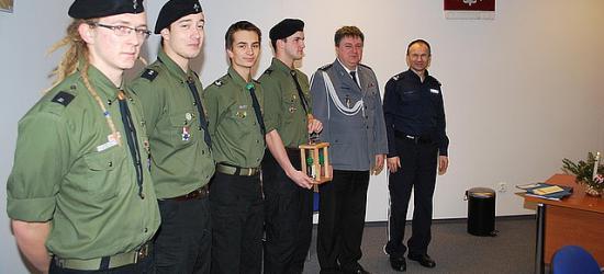 Harcerze odwiedzili policję z Betlejemskim Światełkiem Pokoju (ZDJĘCIA)