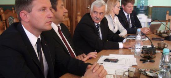 """Zarząd powiatu z absolutorium za wykonanie budżetu w 2014 roku. """"Sytuacja jest absurdalna"""" (ZDJĘCIA)"""