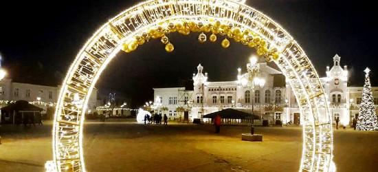 Sylwester już blisko! Zobacz sanocki Rynek w świetle dekoracji (FOTO)